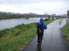 ひどい雨の中を歩いた。