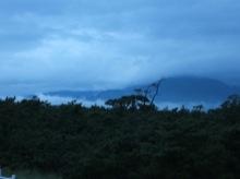 雲がとても低い。