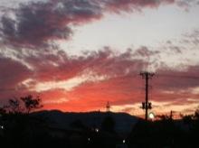 左富士神社の裏から撮影。久しぶりにこんなに真っ赤な夕焼けを見た。空気がきれいだといつもこんなにきれいなのかな。