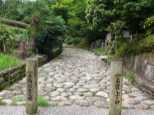 石畳の坂は、非常に歩きづらい。