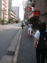 普通の住宅街をずっと歩く。