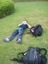 芝生でくつろぐマユミン。険しい下り坂が終わってなんでもないところで油断して転んで左膝に泥が。かなり悔しがってた。